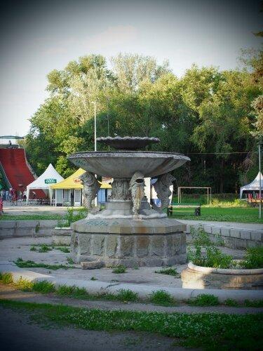 Заброшенный фонтан в парке Дубовая роща
