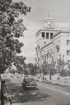 Башня перед дворцом культуры имени Кирова.