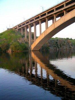 А у подножья моста