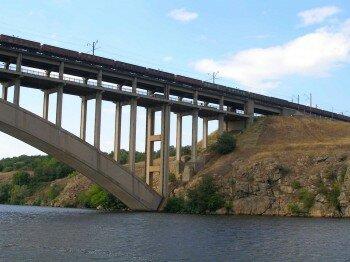 Очень интересно смотреть со стороны, как поезд проезжает по мосту