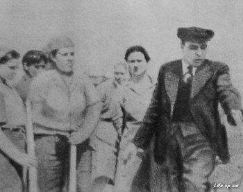 Л. И. Брежнев беседует с работницами Запорожстроя.