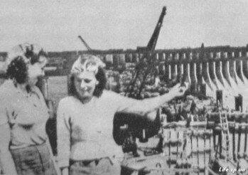Молодые колхозницы О. Шугай и А. Цыганкова из артели «Дніпрельстан» приехали на восстановление Днепрогэса.