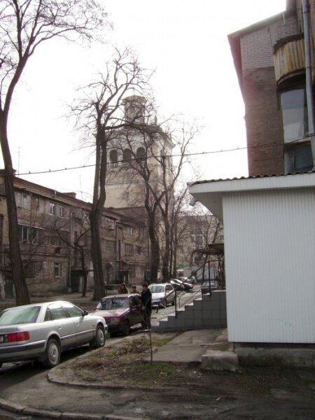 Дворик на Металлургов с видом на башню.
