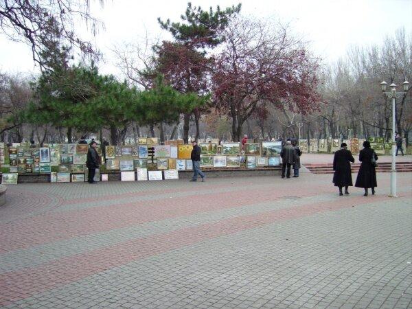 На площади имени Лермонтова как всегда много художников.