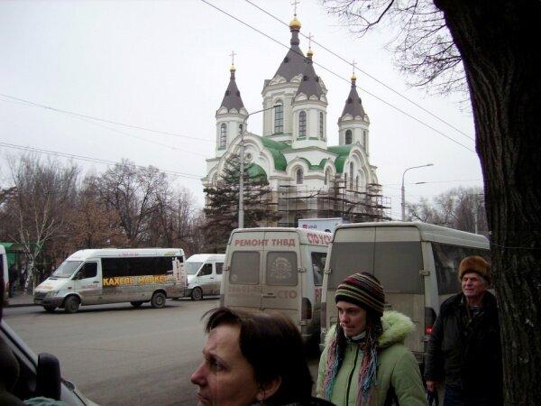 Остановка транспорта ул. Анголенко с видом на Свято-Покровский кафедральный собор.