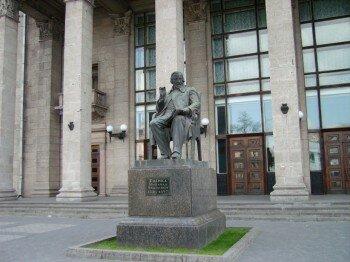 Памятник композитору Глинка Михаилу Ивановичу. Возле концертного зала его имени.