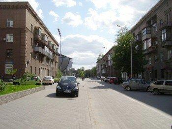 Улица Лобановского слева впереди стадион.