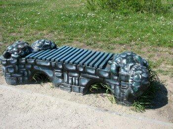 Декоративная лавочка с черепахами.