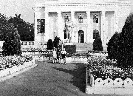 Старая фотография дворца культуры Строителей.