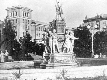 1950 год. Фонтан «Дружба» в сквере Пионеров (район Анголенко).