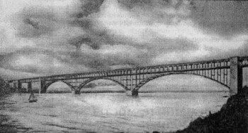 Трехарочный мост через Новый Днепр длиной 715 м и высотой 50 м.