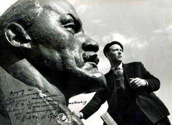 Дарственная надпись - автора памятника Н. Сухорукова.