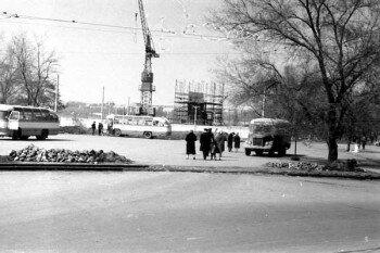 В те годы на площади был автовокзал, а памятник еще только строится.