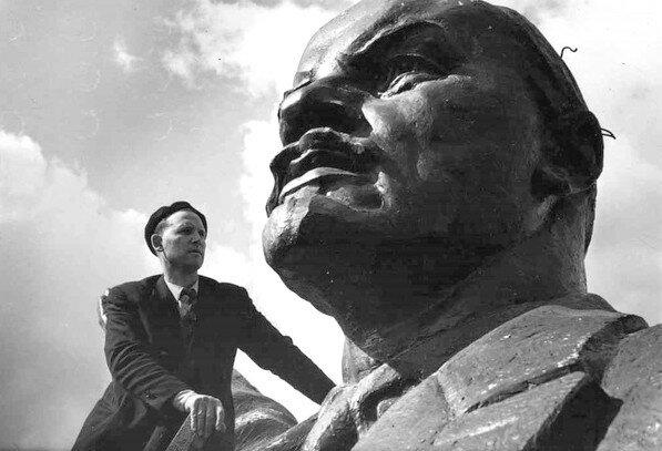 Один из авторов памятника Ленину - Н. Сухоруков.