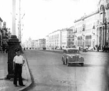 Проспект Ленина в районе ул. Сталеваров. Автор фото Иван Христич, а возле столба стоит сын - Игорь Христич.