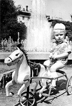 1978 год. Саша Островский возле фонтана на площади Маяковского.