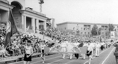 Хорошая традиция - в день праздника собираться на своем стадионе. 1960 год.