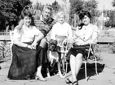 1994 год. Татьяна Борщ (слева) с дочерью Викторией, братом Георгием и невесткой Ларисой у фонтана на площади Маяковского.