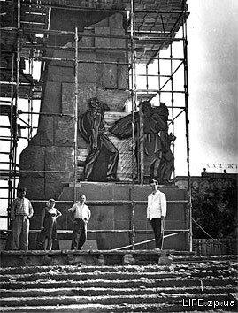Сооружается памятник Ленину.
