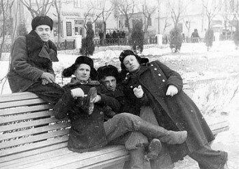 1956 год. Учащиеся ПТУ №1 в парке пионеров (старая часть города, сзади веден проспект Ленина).