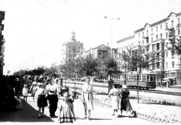 Проспект Ленина, между ул.Жданова (ныне бульвар Шевченко) и ул.12 Апреля.