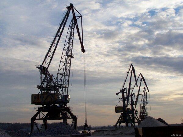 Речной порт отдыхает после трудового дня.