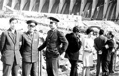 Милиционеры и дружинники на митинге, посвященном началу строительства Днепрогэса-2.