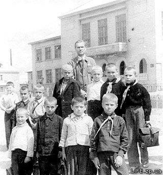 1948 год. Отличники 2-го класса средней школы №9 (на Южном поселке) с первым учителем Петром Максимовичем.