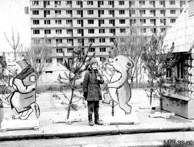 """1970 год. Площадь Октябрьская. На заднем плане строящийся """"Интурист""""."""