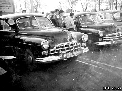 1960 год. Стоянка такси у здания бывшего горсовета (улица Парковая (сейчас Леонова) - проспект Ленина).