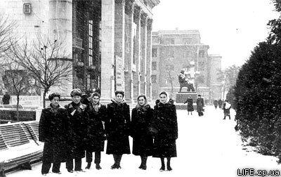 1956 год. Студенты из Москвы (в том числе вьетнамцы), проходящие практику на «Запорожстали», прогуливаются возле Концертного зала имени Глинки.