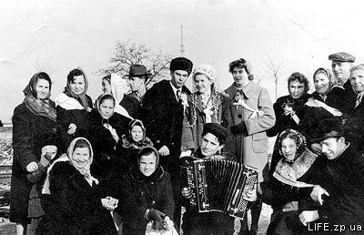 1961 год. Свадебная компания на трамвайной остановке «Проезд Пушкина».