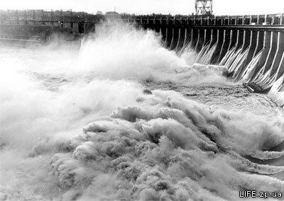 60-е годы. Весенний сброс воды на ДнепроГЭС.