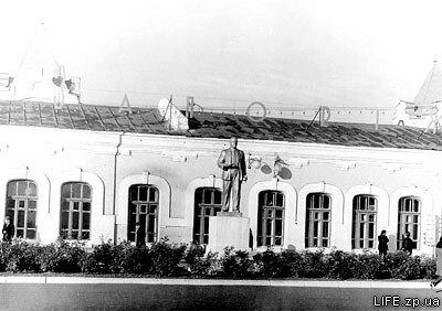 70-е годы. Вокзал Запорожье-2 еще с памятником Ленину.