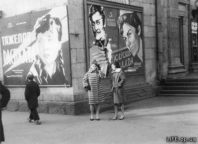 """1962 год. Возле кинотеатра """"Родина"""" (сейчас вместо него -ресторан """"Баден-Баден"""")."""
