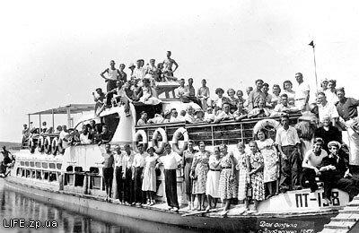 Отдыхающие из Дома отдыха имени XVIII партсъезда на речной прогулке.