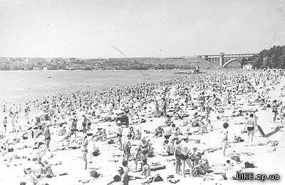 Ждановской пляж в 1970-х годах, пляж усеян запорожцами