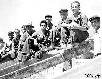 1955 год. Плотники на крыше строящегося алюминиевого (позже индустриального, электротехнического) техникума.