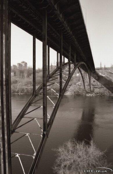 Длина моста составляет 320 м, ширина - 20 м, высота — 40 м.