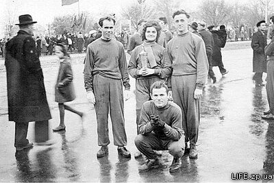 Физкультурники моторостроительного завода на демонстрации 7 ноября, 50-е годы