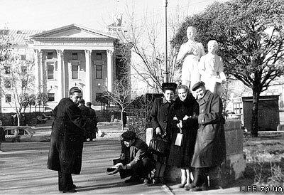 Группа друзей возле театра имени Щорса изображает сценку «Богач и нищий», 1953 год.