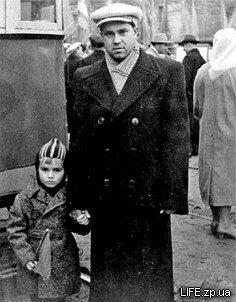 Александр Тригуб с сыном Виталием на остановке «Узловая» (сейчас «Украина»), Слева виден фрагмент деревянного еще трамвая.