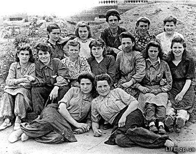 Первая бригада строителей начавшая работу на Павло-Кичкасе, 1947 год.