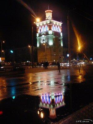 Башня на проспекте Металлургов ночью
