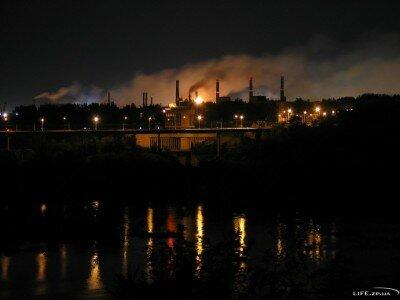 Северное сияние над город от заводов