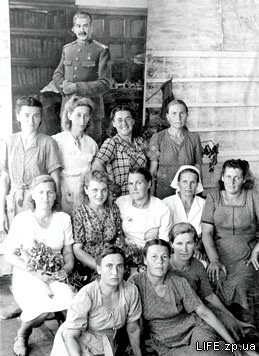 На фоне портрета Сталина