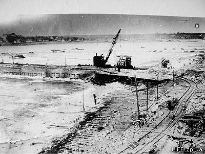 В работу вступили экскаваторы, которые черпали взорванный гранит и грузили его на платформы для отвозки на камнедробильный и бетонный заводы.