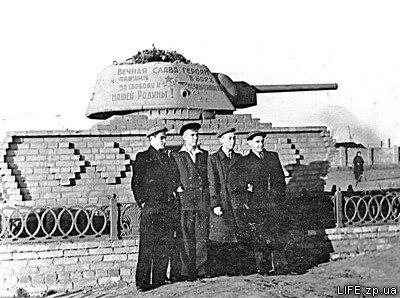 Снапиро, Коваль, Бейлинов, Нападайло возле памятника освободителям Запорожья.