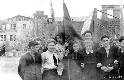 1953 год, студенты Запорожского института сельхозмашиностроения (сейчас ЗНТУ) перед первомайской демонстрацией.