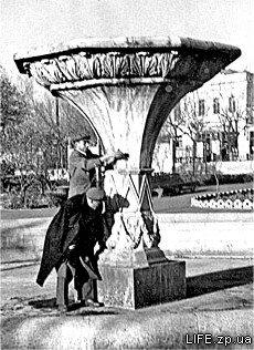 В сквере возле кинотеатра «Комсомолец», 1953 год.
